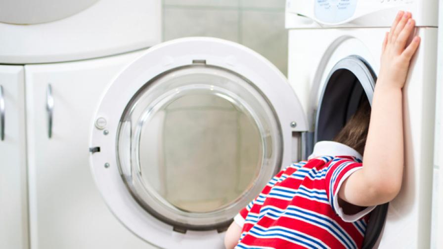 Китайче се заклещи в пералня, пожарникари го освободиха