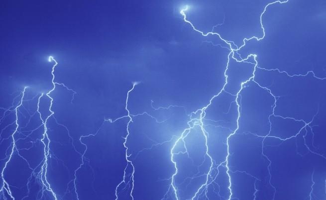Остава опасността от мълнии и градушки, къде ще вали