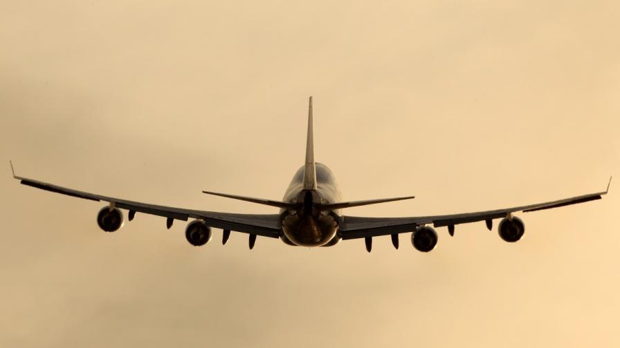 Самолет кацна в София заради съмнителен пакет