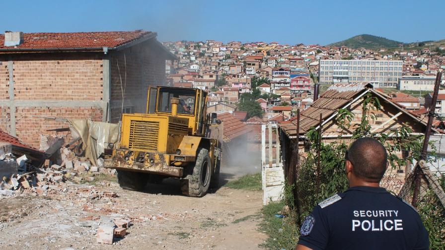 Продължава събарянето на незаконни ромски къщи в Стара Загора