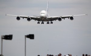 Самолет кацна извънредно в Кьолн, трима души са задържани