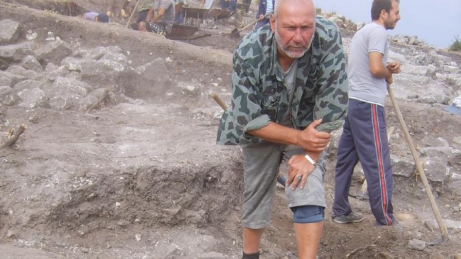 Проф. Николай Овчаров откри останки от необичайно погребение при разкопките на Перперикон край Кърджали - в единия от гробовете е погребан около 35-годишен мъж, станал обект на езически обичаи против вампирясване.