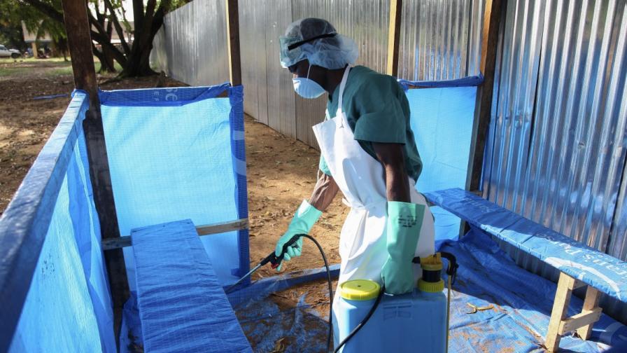 Медици бягат от болници в Нигерия, след като медицинска сестра почина от ебола