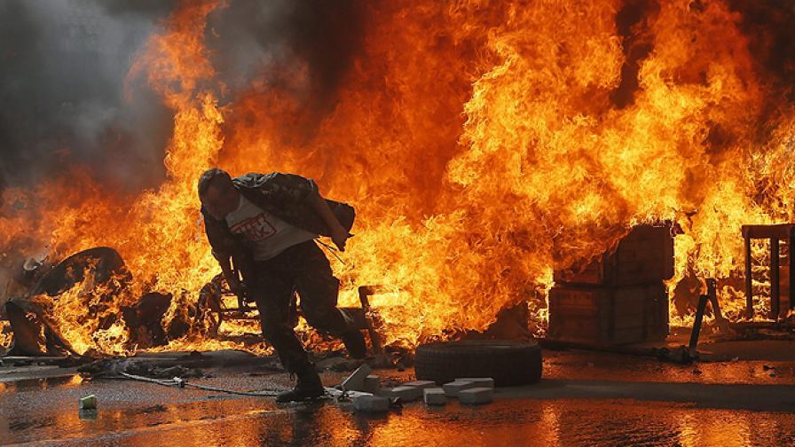 """Сблъсъци избухнаха на площад """"Независимост"""" в Киев"""