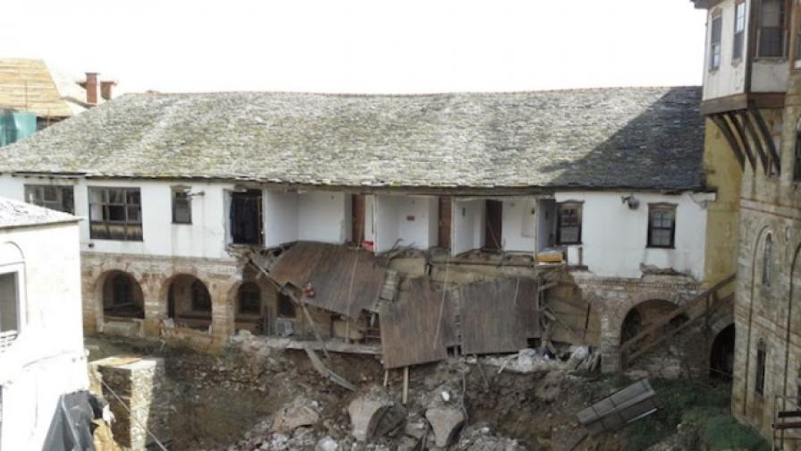 Порой съсипа най-стария манастир в Атон