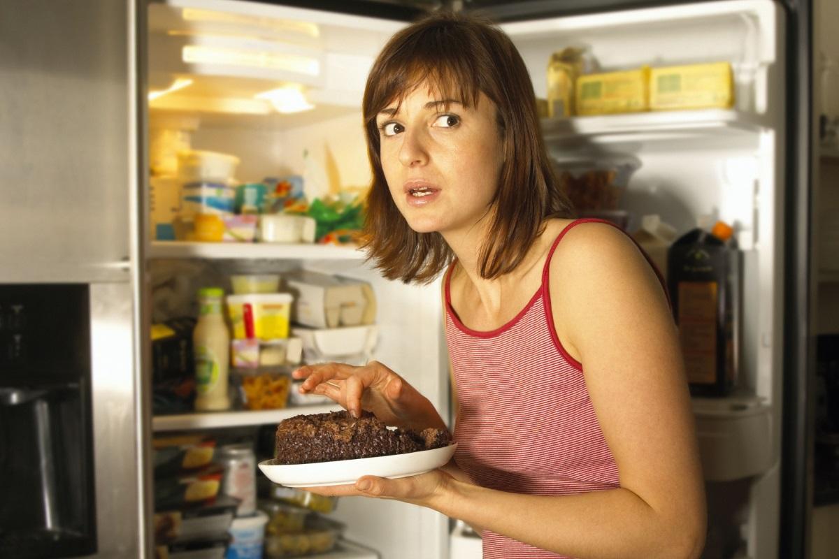 Почистват хладилника си един път седмично. Почистват с мокър парцал рафтовете. Преглеждат всички кутии за съхранение на храна, почистват и тях.