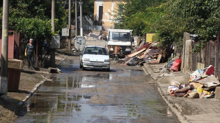 Изнесена пред домовете на хората в Мизия покъщнина, разрушена от наводнението