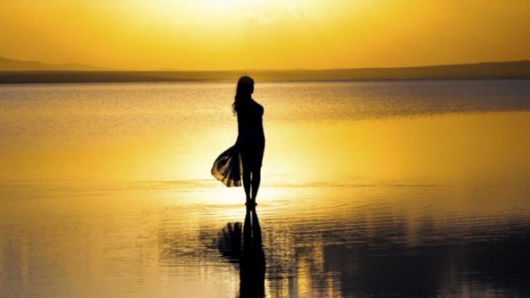 жена тъга море залез