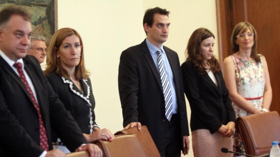 Премиерът и осем министри са декларирали несъвместимост с поста