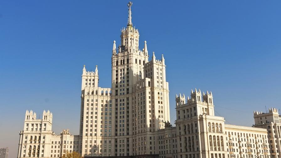Емблематична московска сграда осъмна с украински флаг