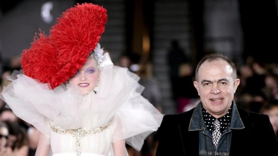 Кристиан Лакроа представя модел от колекцията си Висша мода в Париж през 2008-ма