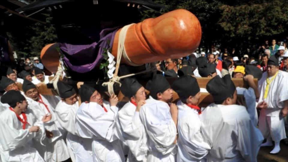 Момент от традиционния фестивал, който се провежда в японския град Комаки. Огромният дървен фалос е символ на плодородието