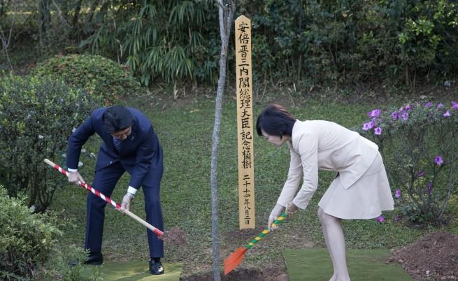Акие Абе и министър-председателят Шиндзо Абе