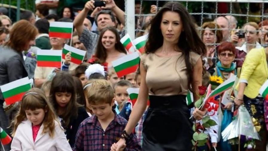Красива българска учителка обира овациите в интернет