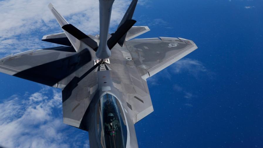 """""""Ф-22 Раптор"""" е зареждан по време на полет"""
