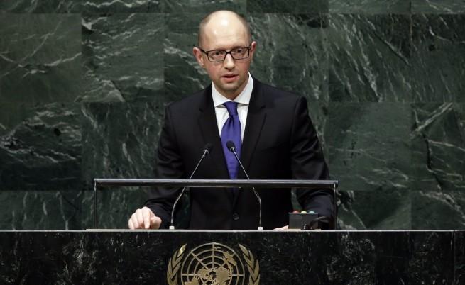 Яценюк: Западът да не отменя санкциите срещу Русия