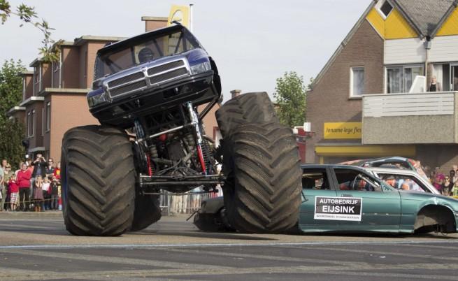 Така изглежда т.нар. монстър трък  джип или пикап с огромни гуми