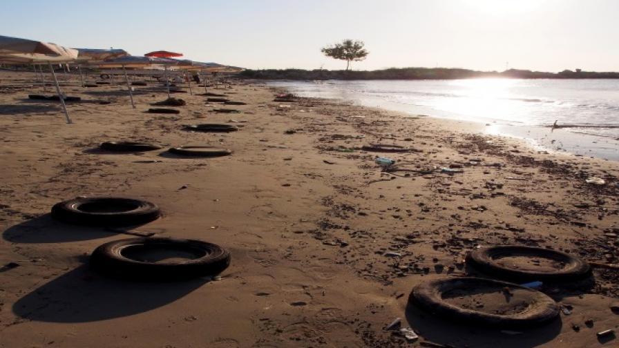 Десетки гуми се появиха на плажа във Варна