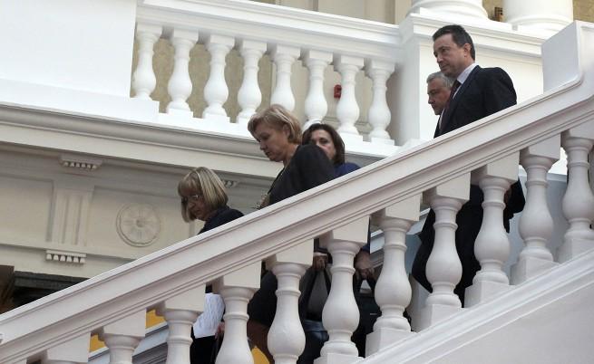 След консултациите в парламента двата преговорни екипа слязоха заедно, за да направят изявления