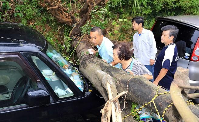 Тайфунът Вонфон взе две жертви в Япония, десетки са ранени