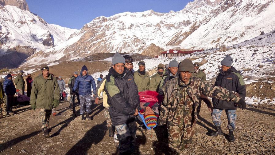 Снежна буря погуби десетки туристи в Непал
