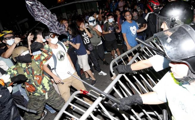 Отново сблъсъци между полиция и демонстранти в Хонконг