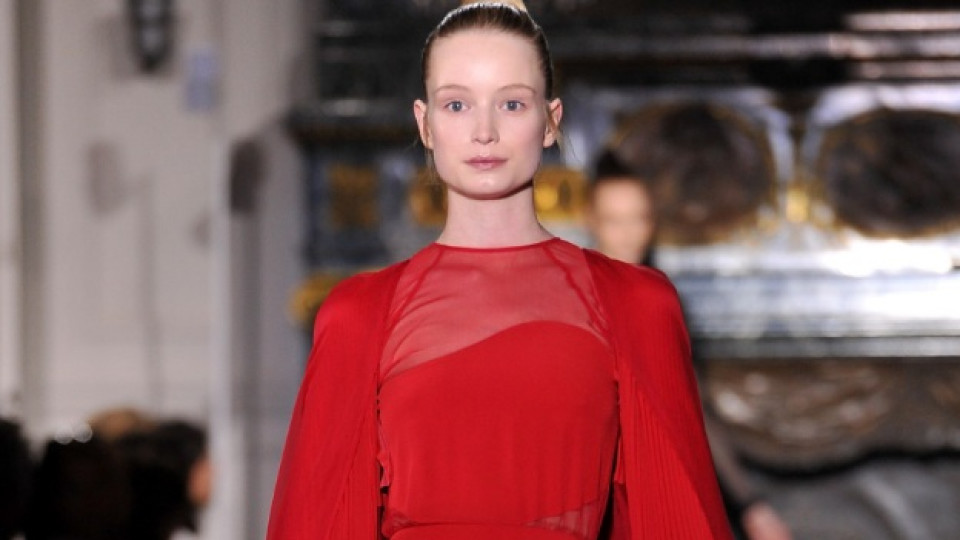 """Рокля на """"Валентино"""" в специфичния за марката червен цвят, който дори е патентован от модната къща"""