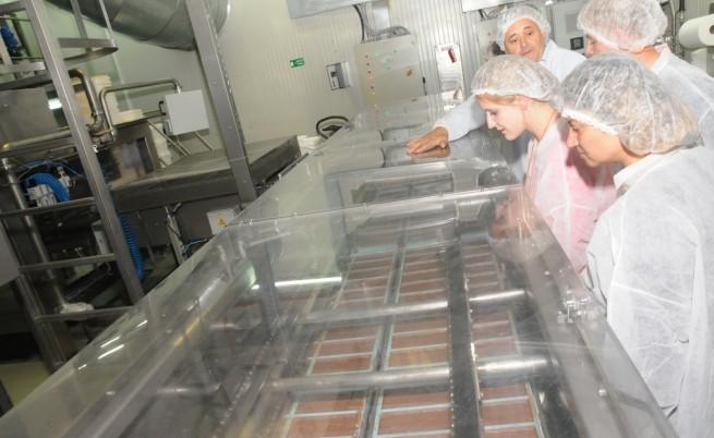 Директорът на фабриката в Своге Милан Пиньос (в дъното) показва на журналисти процеса на производство