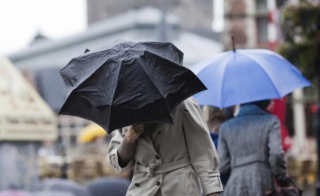 Обявен е оранжев код в седем области за дъжд и вятър