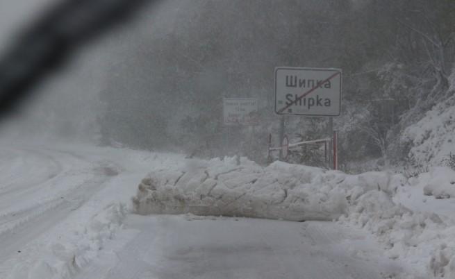 Десетки населени места са недостъпни, близо 60 селища са без ток