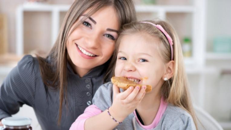 майка дете момиче дъщеря закуска храна