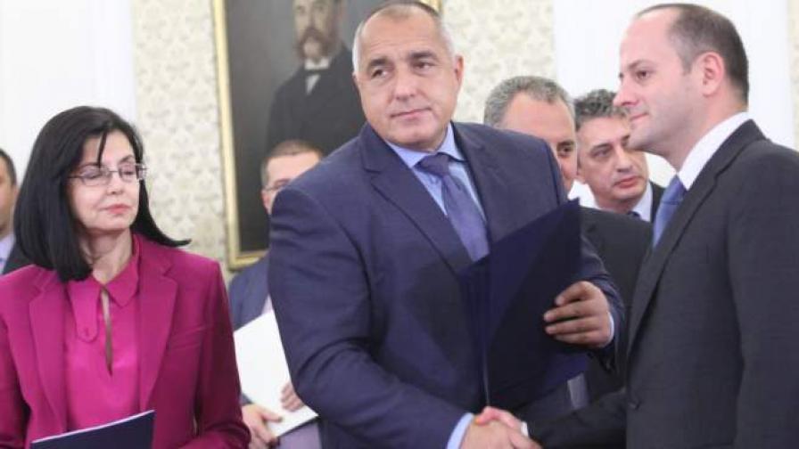 """В. """"Файненшъл таймс"""": Крехко правителство в България"""
