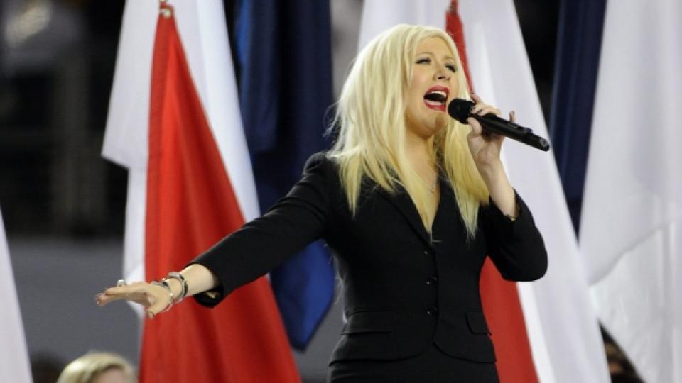 Кристина Агилера по време на злополучното изпълнение на американския химн за Супербоул