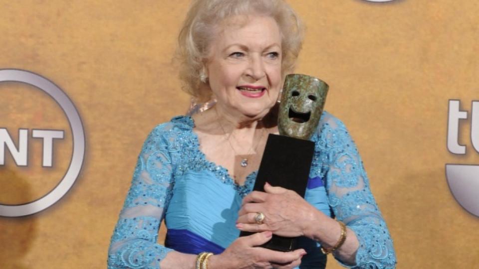 Бети Уайт позира с наградата за цялостен творчески принос, която й бе връчена от американската филмова гилдия през януари 2010-та