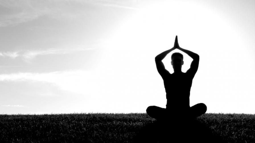 Мъж 40 часа практикува йога без сън и храна