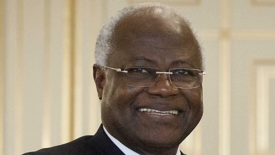 Президентът на Сиера Леоне наказа членове на семейството си заради ебола