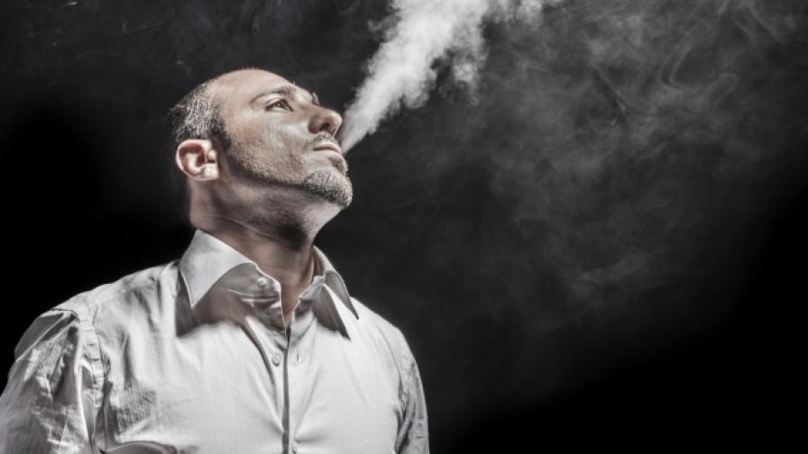 Мъжете пушат повече, когато видят атрактивна жена