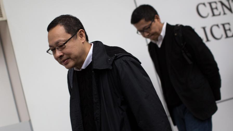 Хонконг: Организаторите на протестите се предадоха, полицията ги върна