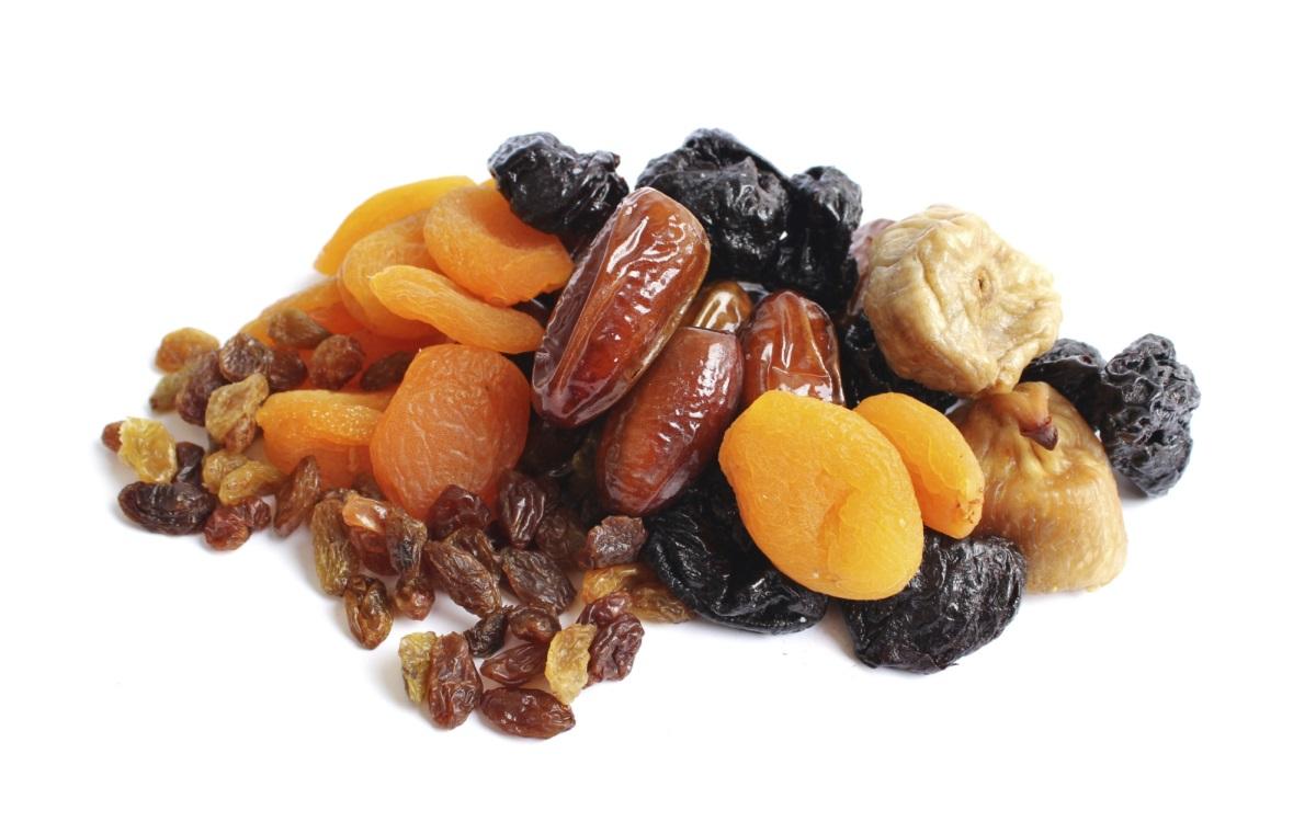 Сушени плодове<br /> <br /> Сушените плодове са двойна стоматологична катастрофа, благодарение на богатото им съдържание на захар и тяхната лепкавост. Да не говорим, че обикновено ги ядем директно, което е по-вредно за зъбите ни, отколкото, ако ги включим в ястие. Когато хапвате се увеличава производството на слюнка, която помага за почистването на зъбите от застоялите частици храна и предпазва от киселини. По-добре съберете сушените плодове с друга храна, а най-добре консумирайте пресни плодове.
