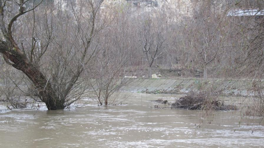 Опасността от наводнение в Елхово остава