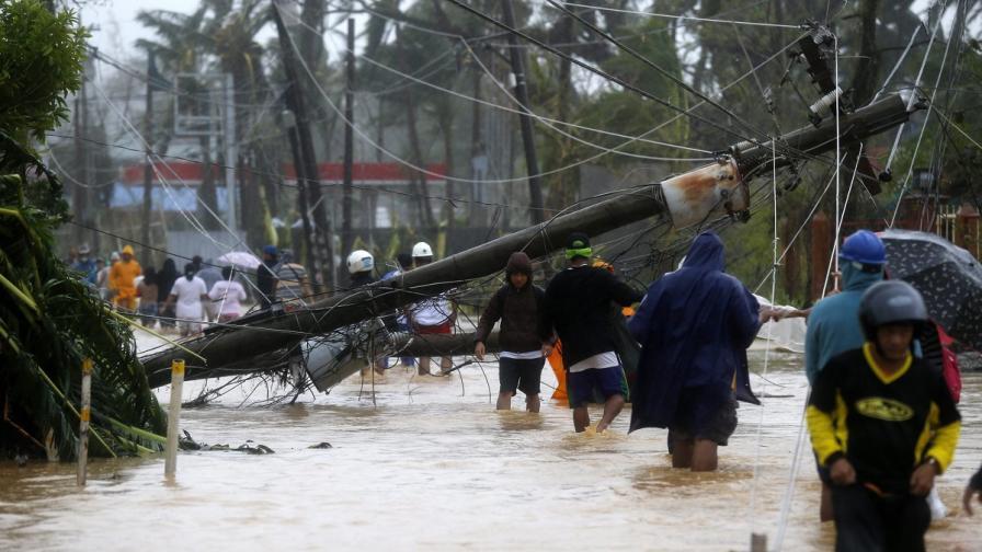 Най-малко 3 жертви на тайфуна във Филипините