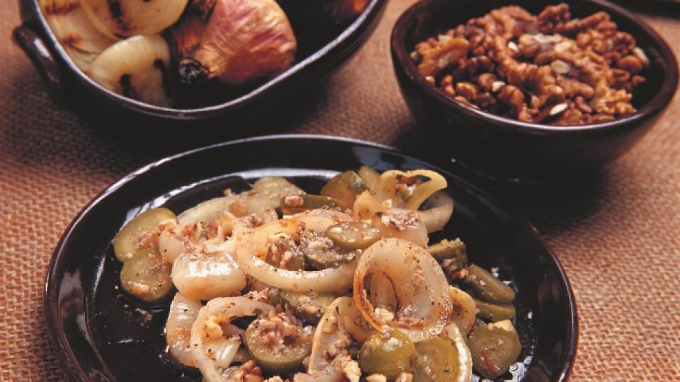 Салата от лук и орехи