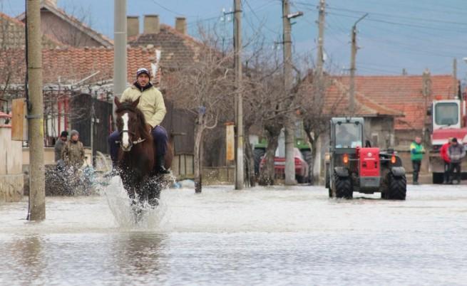 Евакуират над 800 човека от село в община Николаево