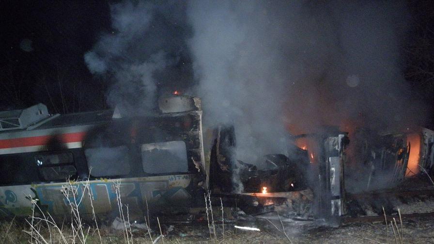 Влакът от Благоевград за София удари ТИР и се запали