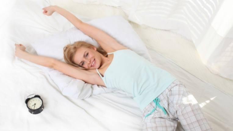 сън дрямка жена легло