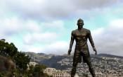 СНИМКИ: Светът се смее на паметника на Роналдо и големия му пакет