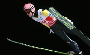 Австриец докосва титлата в ски скоковете