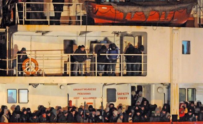 Изоставен кораб със 970 мигранти бе докаран в Италия