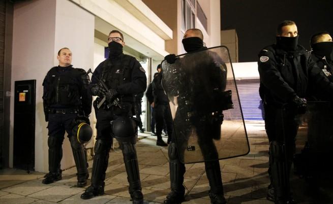 Един от тримата издирвани за нападението в Париж се предаде