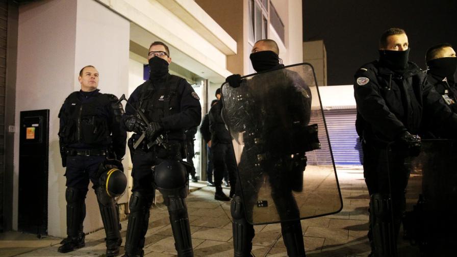 Един от издирваните за атаката в Париж се предаде